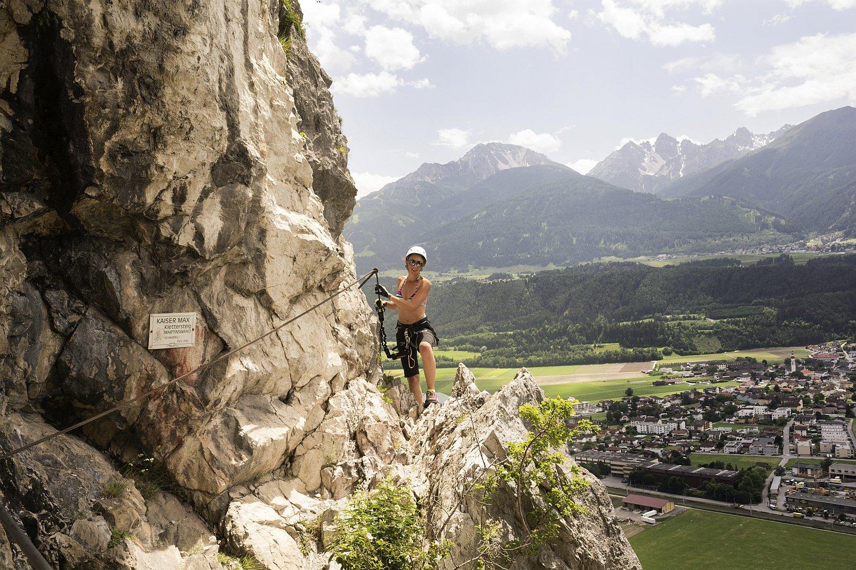 Kaiser Max Klettersteig : Bergsteiger die der kaiser max klettersteig an martinswand