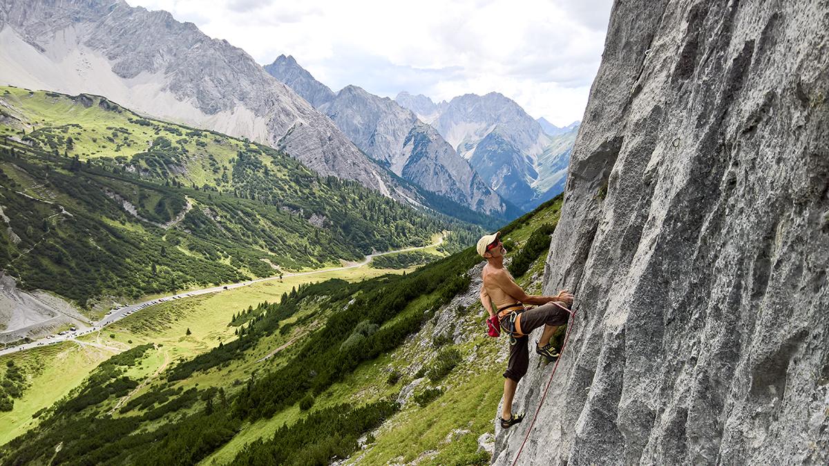 Rauer Hochgebirgskalk und Parorama vom Feinsten: Klettern hoch oben am Hahntennjoch. Foto: Climbers Paradise