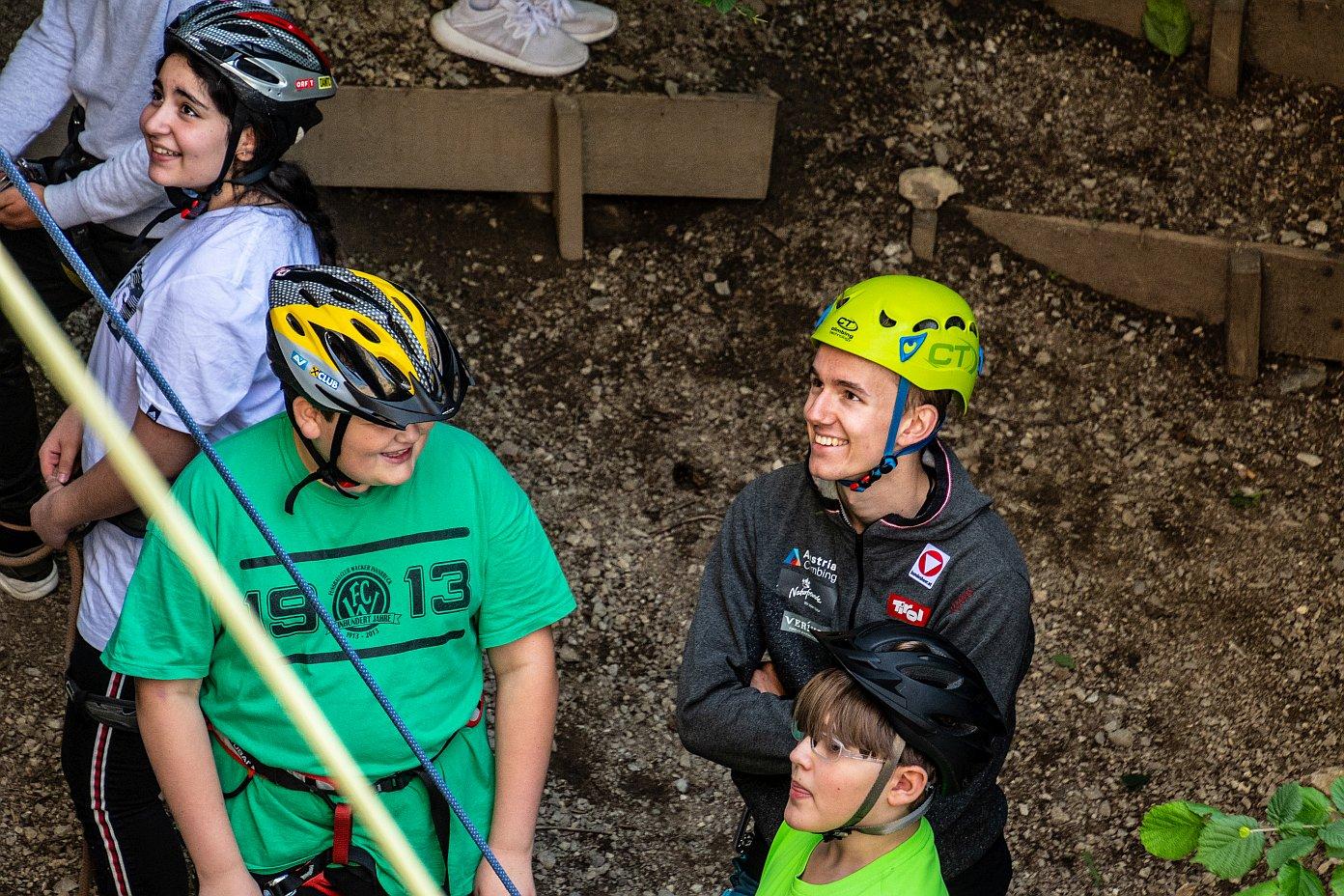 Lukas Knapp gibt Schülerinnen und Schülern Tipps, Foto: SPORTUNION Tirol | Climbers Paradise