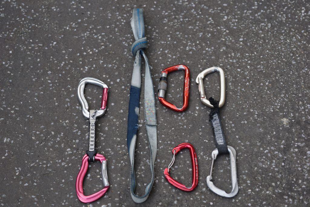 Links eine neue Expressschlinge, rechts fixes Material aus Klettergärten