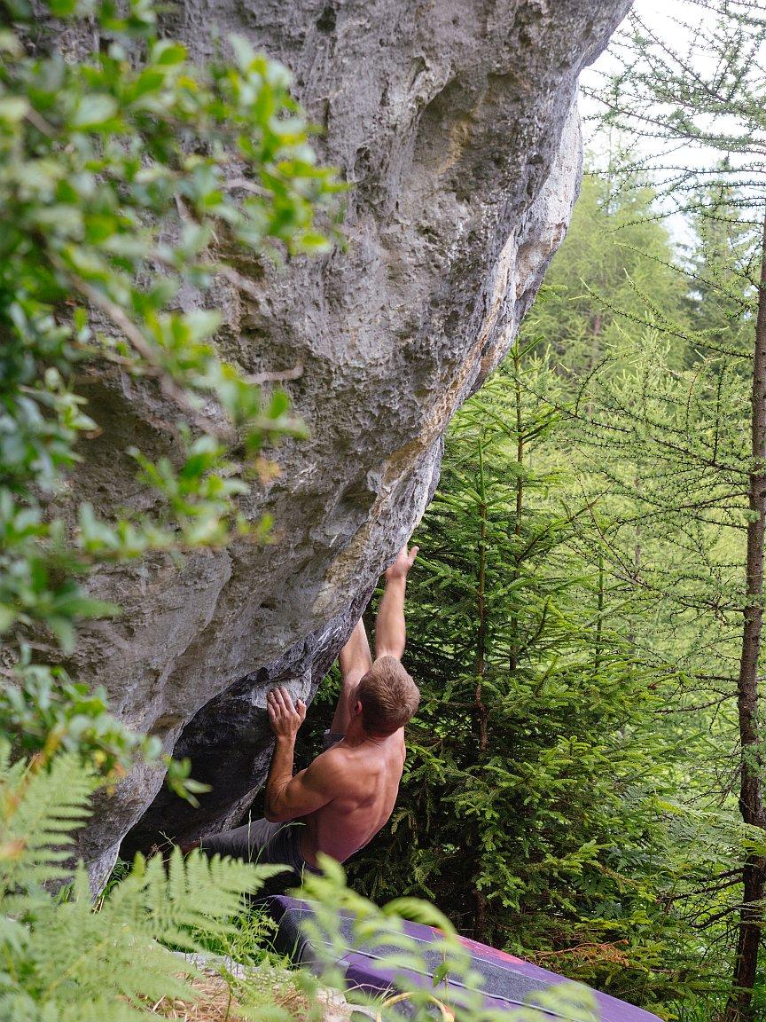 Bouldern im Wald in Hoch-Imst, Foto: Simon Schöpf | Climbers Paradise