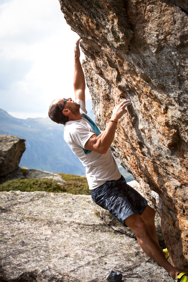 Bernd Zangerl beim Bouldern, Foto: Tobias Attenberger | Climbers Paradise