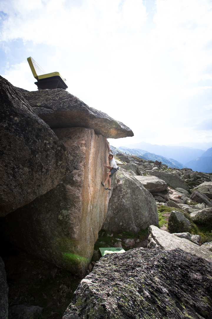 Bernd Zangerl beim Bouldern und die Crash-Pad-Couch, Foto: Tobias Attenberger | Climbers Paradise