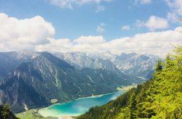 Herrliche Aussicht von der Sonnenterrasse der Erfurter Hütte auf den Achensee und Richtung Karwendel | Climbers Paradise