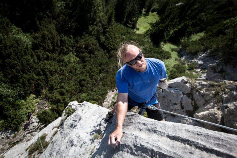 Hannes Mayr beim Klettern im Klettergarten Wilderer Kanzel in der Region Wilder Kaiser, Foto: Tobias Attenberger   Climbers Paradise