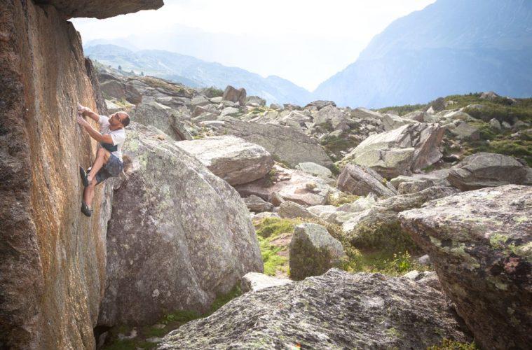 Bernd Zangerl beim Bouldern im Silvapark, Foto: Tobias Attenberger | Climbers Paradise