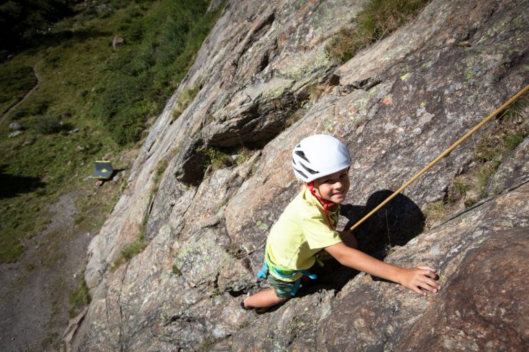 Luca beim Klettern im Kaunertal, Foto: Tobias Attenberger | Climbers Paradise