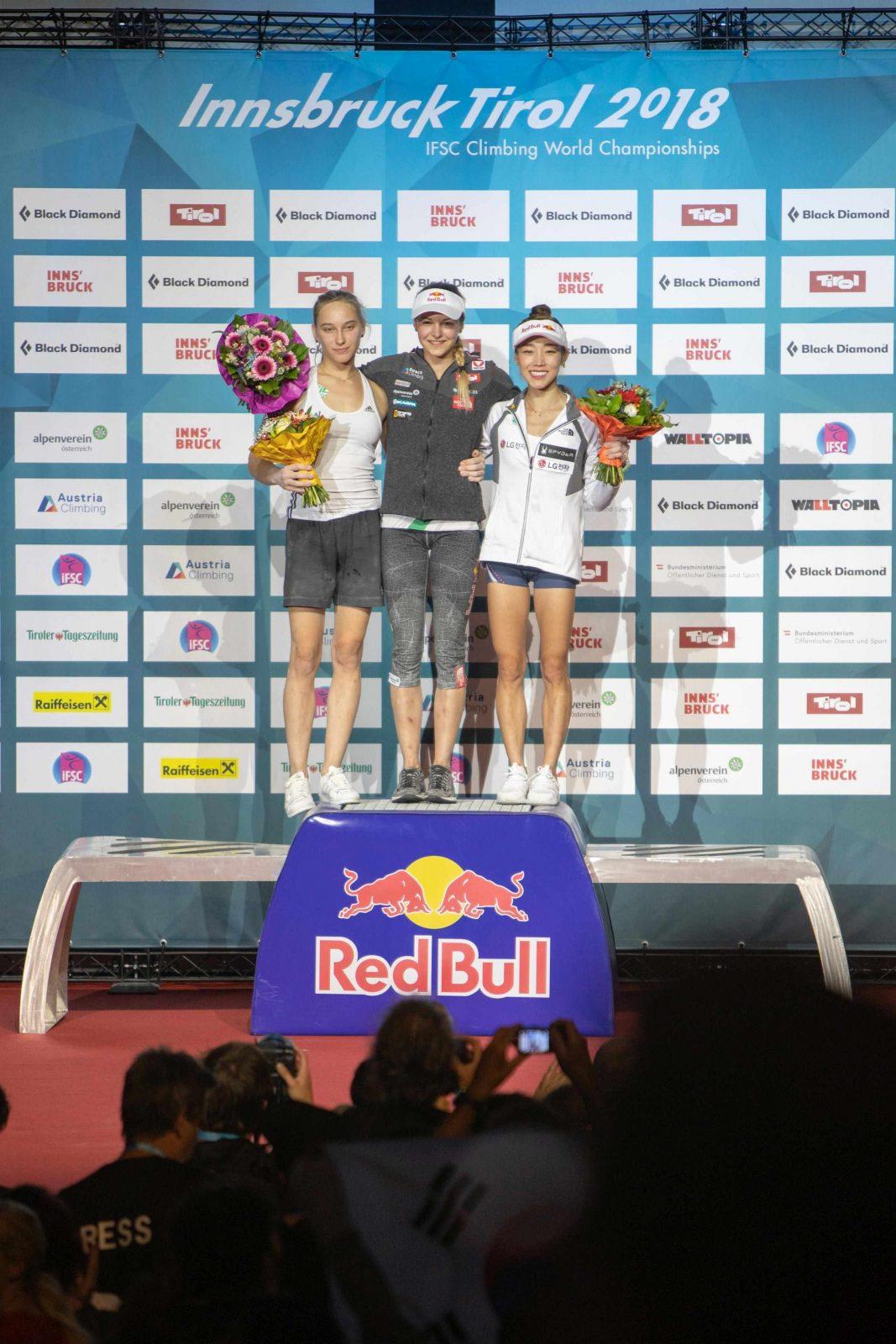 Janja Garnbret (links) bei der Siegerehrung mit Jessica Pilz (mitte) und Kim Jain (rechts), Foto: Moritz Liebhaber | Climbers Paradise