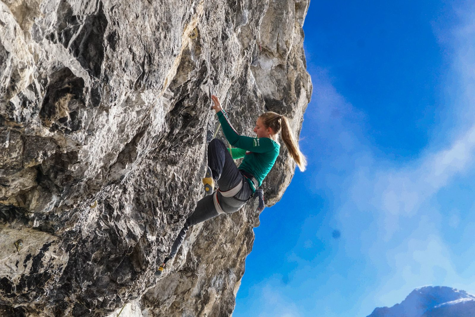 Celina Schoibl klettert die Route Gothic (8a) in der Grotte | Climbers Paradise