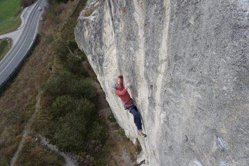 Chri Kappacher versucht sich am Testpiece des Meister Reini Scherer Dschungelfieber 8c+ im Dschungelbuch Hauptteil | Climbers Paradise