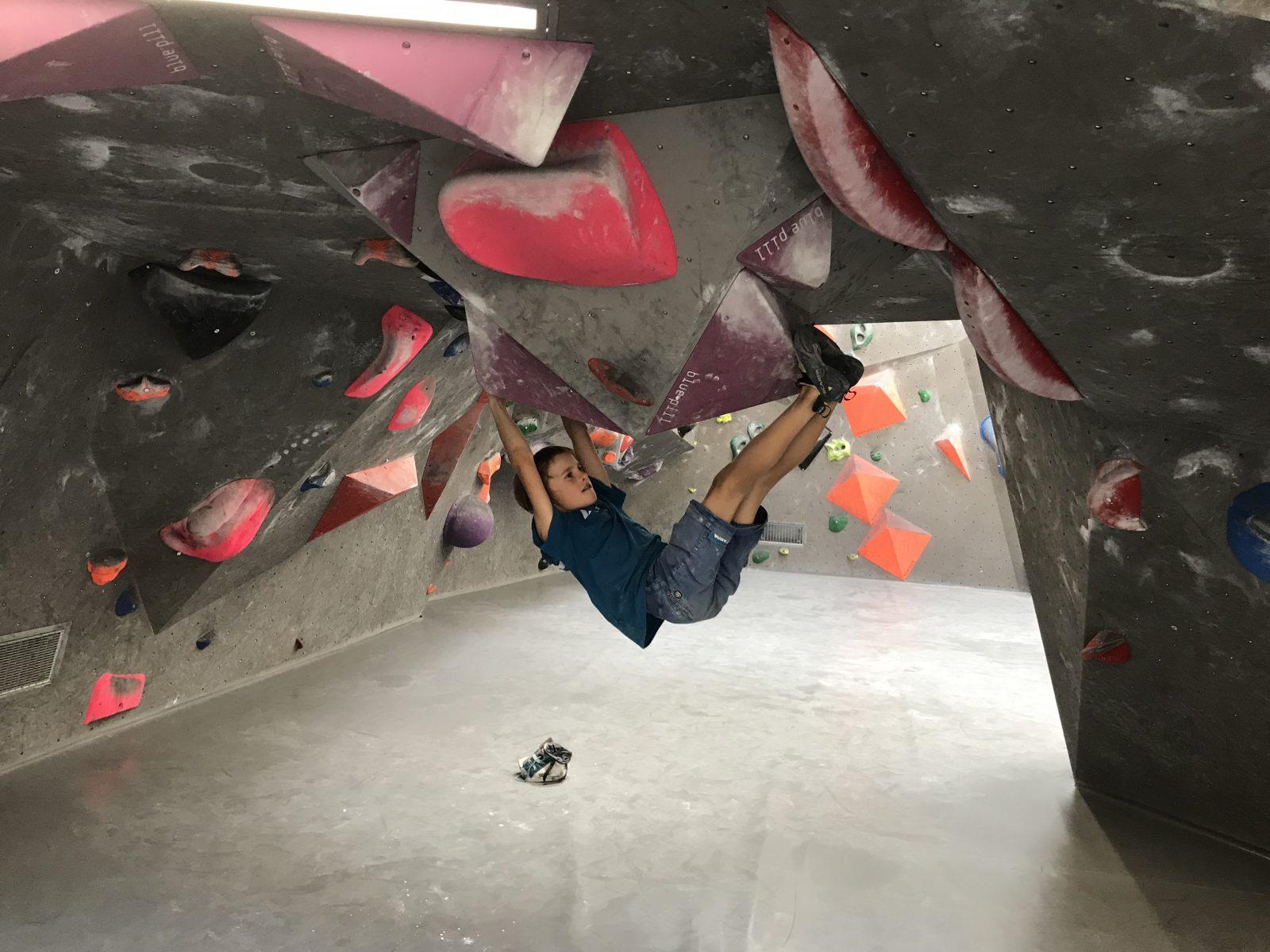 Kinder können auch im Boulderbereich wie die Großen klettern. Foto: Matthias Bader