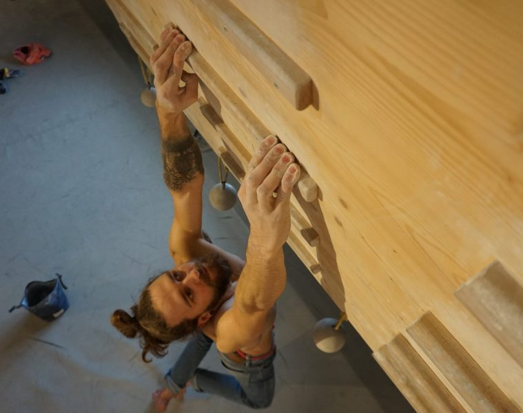 Samuel Mathis beim Fingertraining mit flachen Fingern | Climbers Paradise