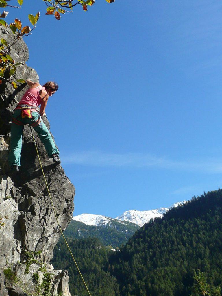 Frühlingsklettern im Klettergarten Starkenbach in der Ferienregion Tirol West, Foto: Simon Schöpf | Climbers Paradise