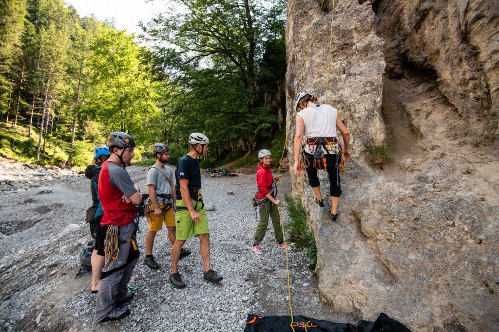 Ran an den Fels in einem der vielen Klettergärten in Tirol, Foto: SAAC   Climbers Paradise