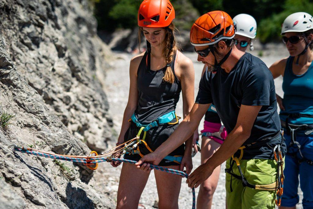 Ein Helm ist unverzichtbar beim Klettern am Fels, Foto: SAAC | Climbers Paradise