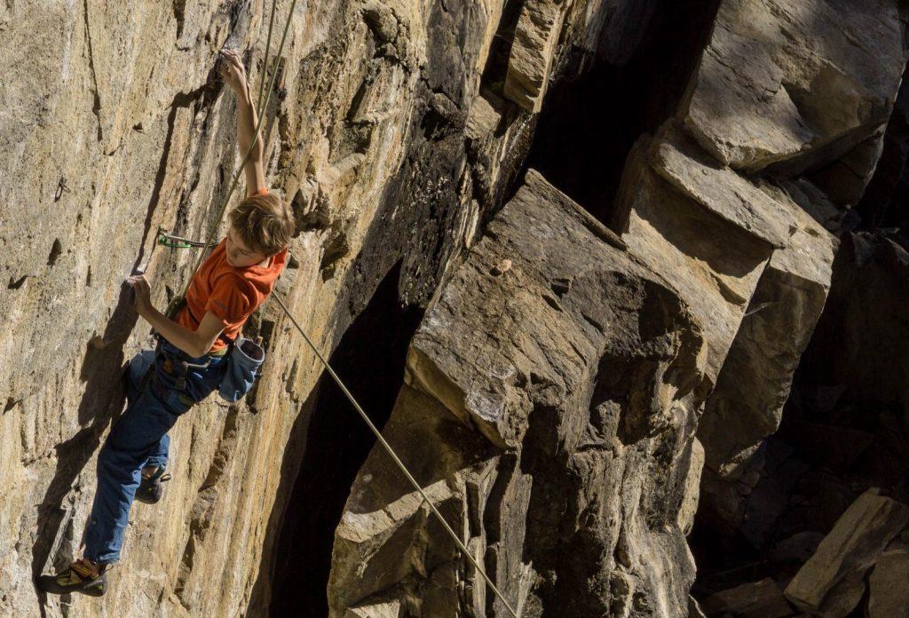 Jonas Bader klettert die Route Bausparen, 7b+ im Klettergarten Ötzerau | Climbers Paradise