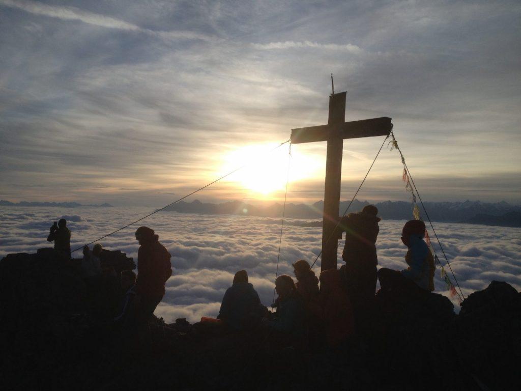 Wer früh drann ist, genießt einen eindrucksvollen Sonnenaufgang. Foto: Matthias Bader | Climbers Paradise