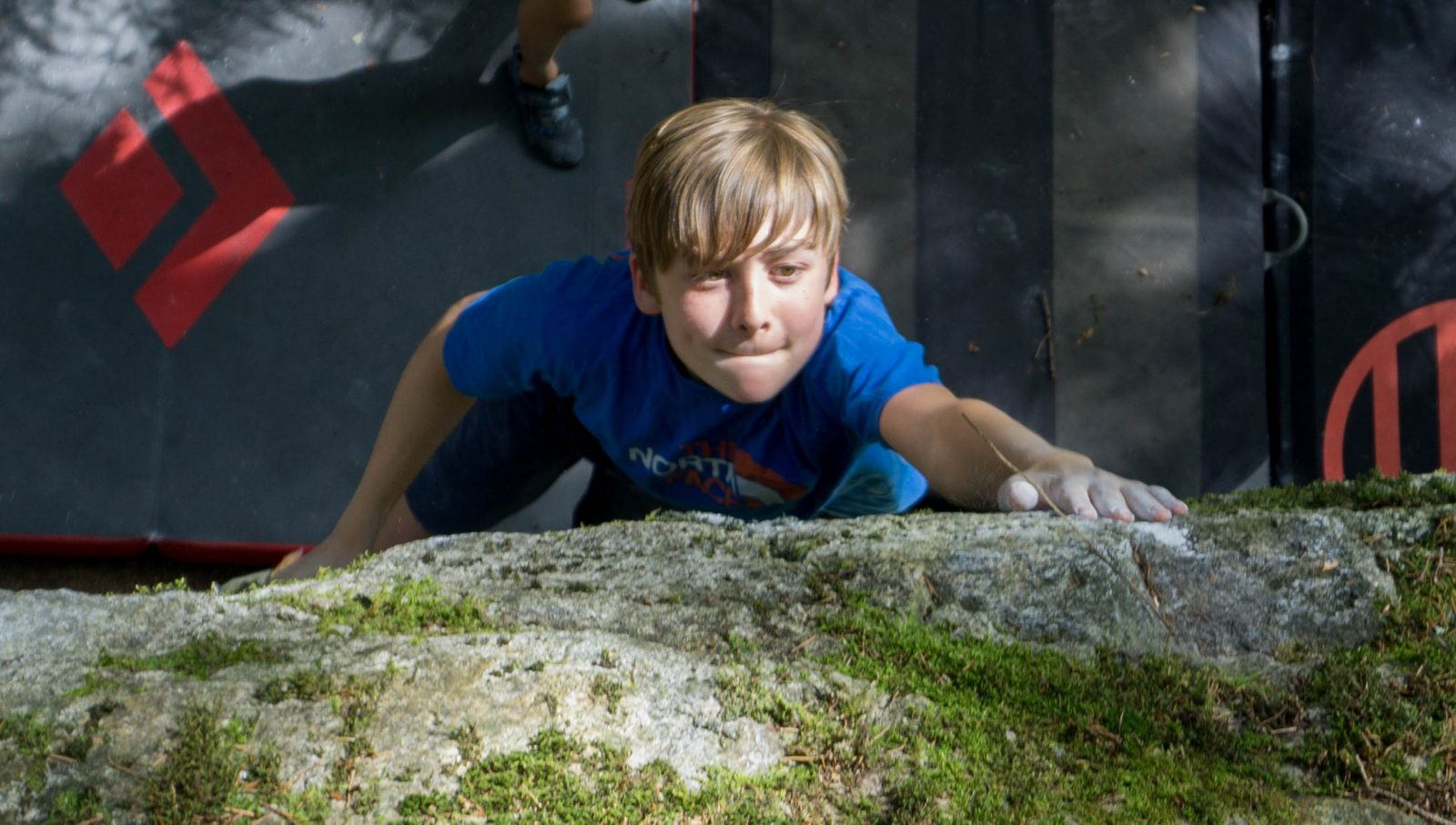 Jakob Bader beim Bouldern im Pitztal | Climbers Paradise