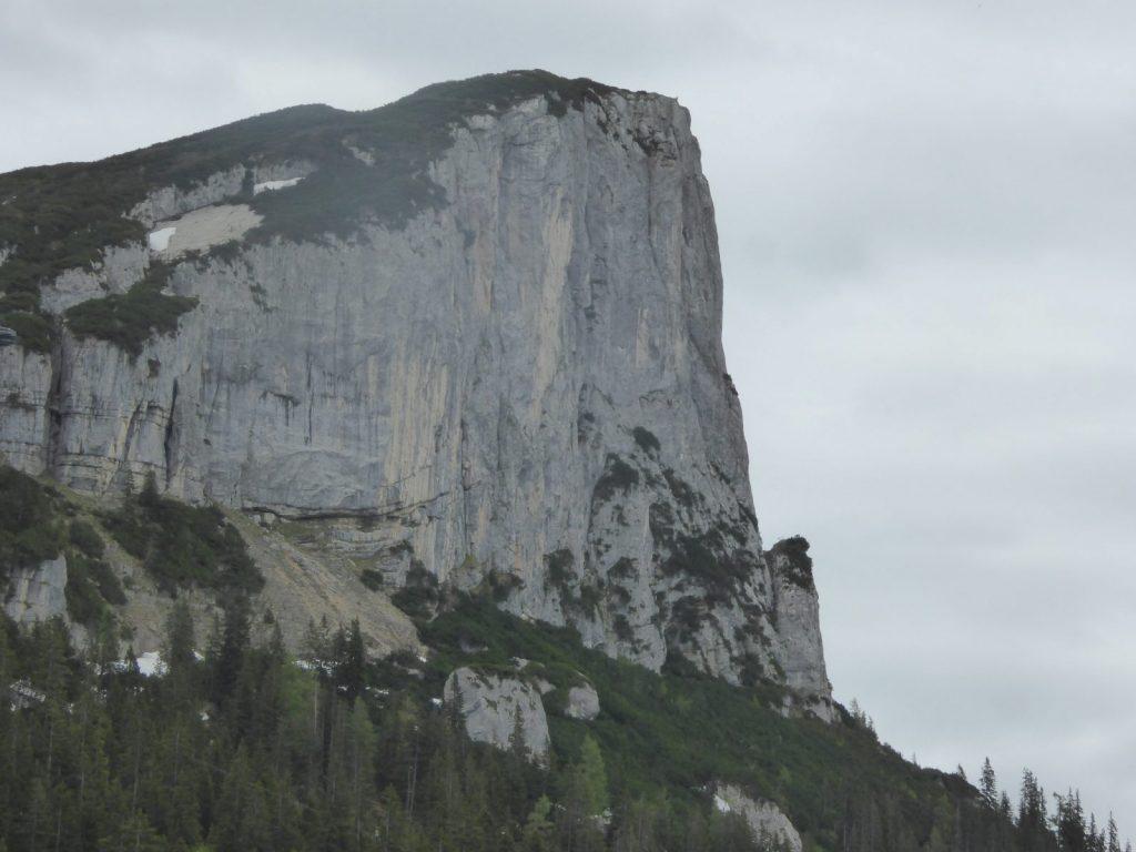 Die imposante Weidringer Steinplatte ist weithin sichtbar, Foto: Bonnie Klingler | Climbers Paradise