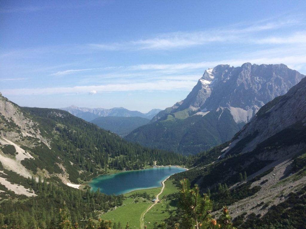 Ein Rückblick auf den Seebensee mit der Zugspitze dahinter | Climbers Paradise