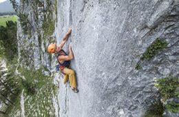 Heinz Zak klettert im Klettergarten Scharnitz Sonnenplatten, Foto: Olympiaregion Seefeld | Climbers Paradise