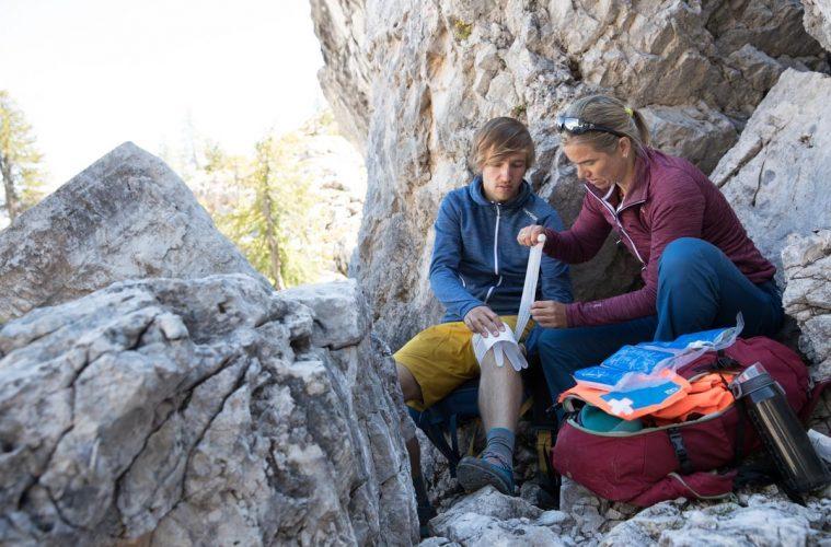 Versorgung einer Knieverletzung am Berg, Foto: Hansi Heckmair | Climbers Paradise