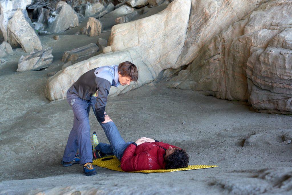 Klaus Isele bei der Behandlung von Adam Ondra, Foto: Pavel Blazek | Climbers Paradise