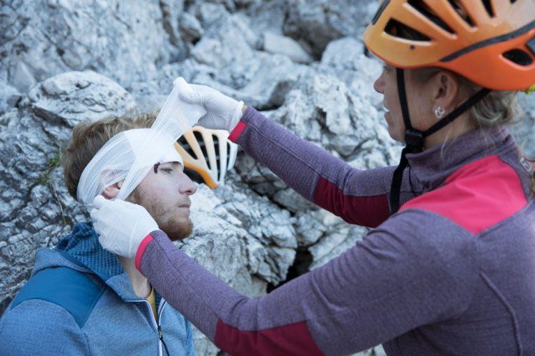 Erstversorgung einer Platzwunde, Foto: Hansi Heckmair   Climbers Paradise