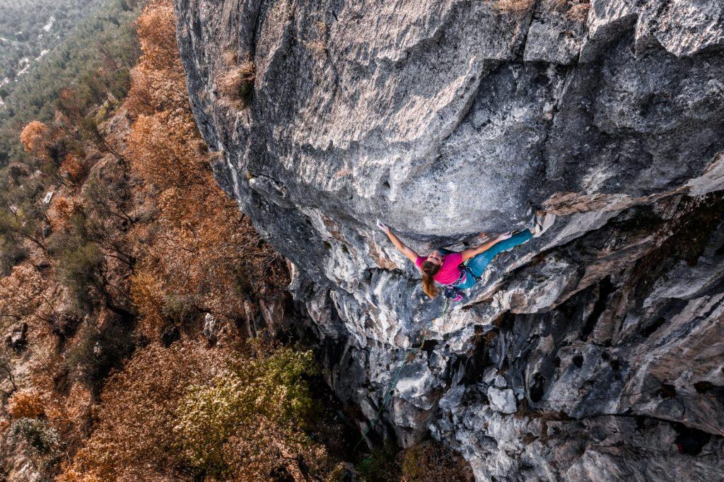 Ganz ohne festen Trainingsplan – Anna Stöhr geht einfach raus und klettert los, Foto: Storyteller Lab Salewa | Climbers Paradise
