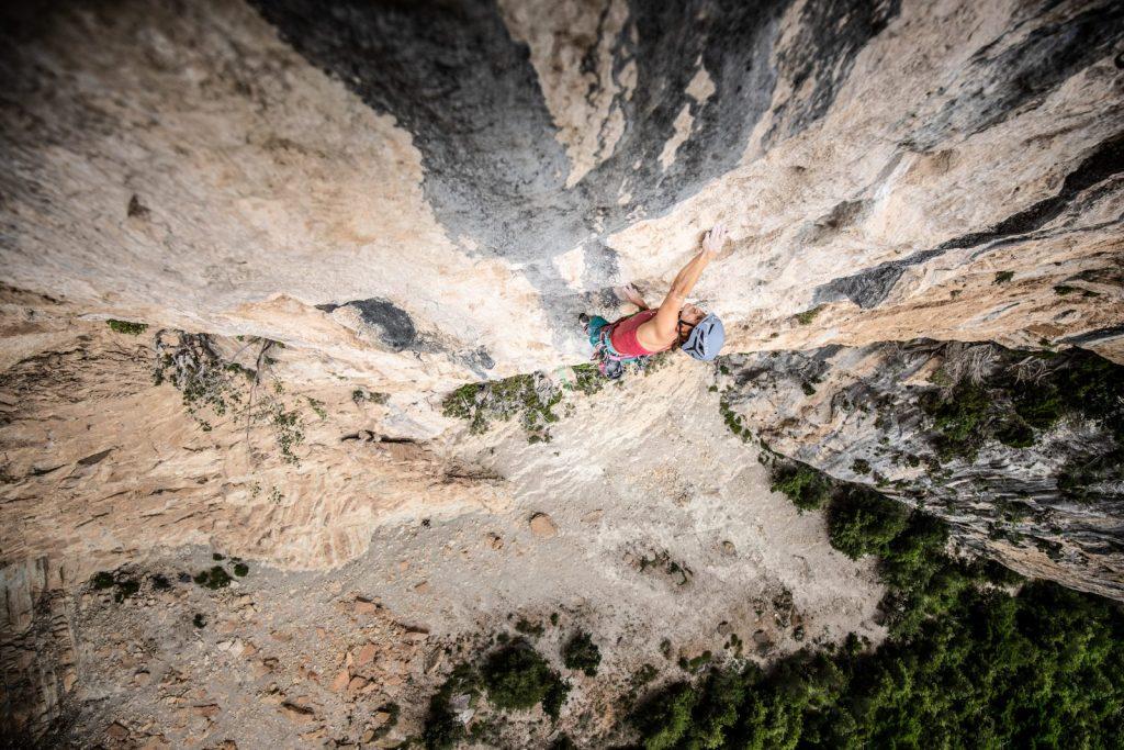 Anna Stöhr beim Klettern einer Mehrseillängenroute, Foto: Storyteller Lab Salewa | Climbers Paradise