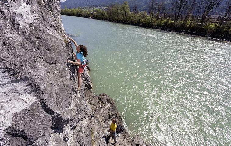 Klettern über dem Wasser im Klettergarten Stams, Foto: Günter Durner | Climbers Paradise