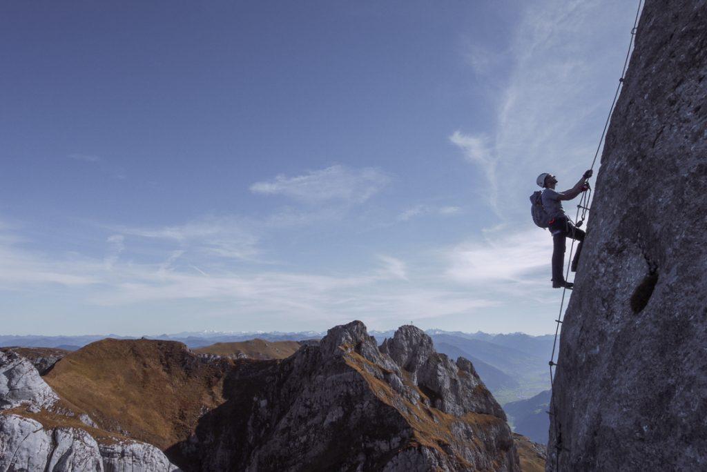 Am Stahlseil mit Ausblick: Am 5-Gipfel-Klettersteig im Rofan. Foto: Simon Schöpf