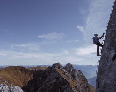 Aussichtsreich unterwegs: Der 5-Gipfel-Klettersteig im Rofan. Foto: Simon Schöpf
