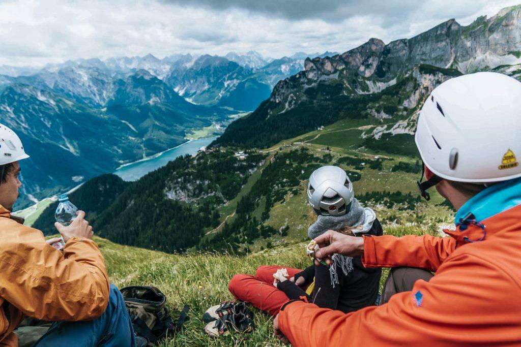 Achensee - Kletterer blicken auf den Achensee, Foto: Achensee Tourismus | Climbers Paradise