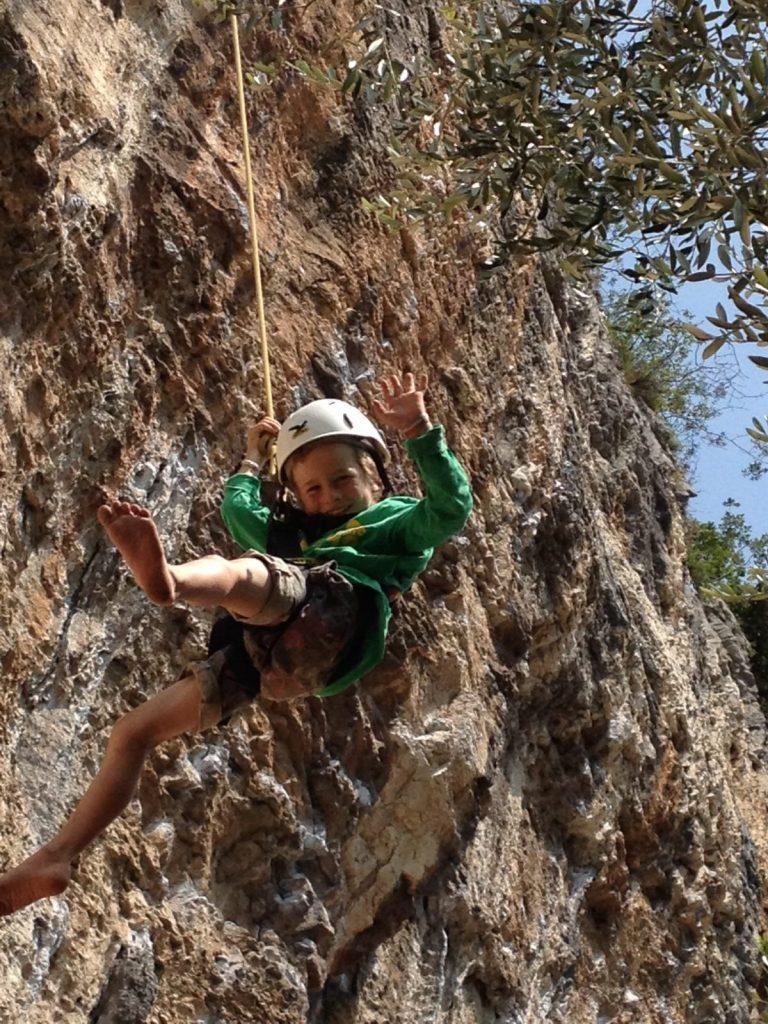 Kinder-Kletterausrüstung, Hängen, Foto: Matthias Bader | Climbers Paradise