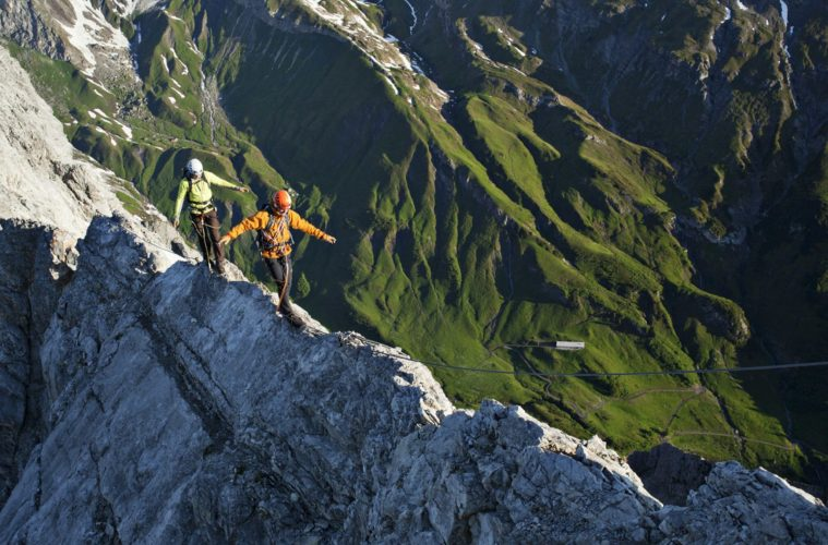 Die mit dem Grat tanzen: Unterwegs am Arlberger Klettersteig. Foto: Bernd Ritschel / TVB St. Anton am Arlberg   Climbers Paradise