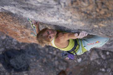 Angy Eiter klettert im Gebiet der Muttekopfhütte hoch über Imst. Foto: Michael Meisl