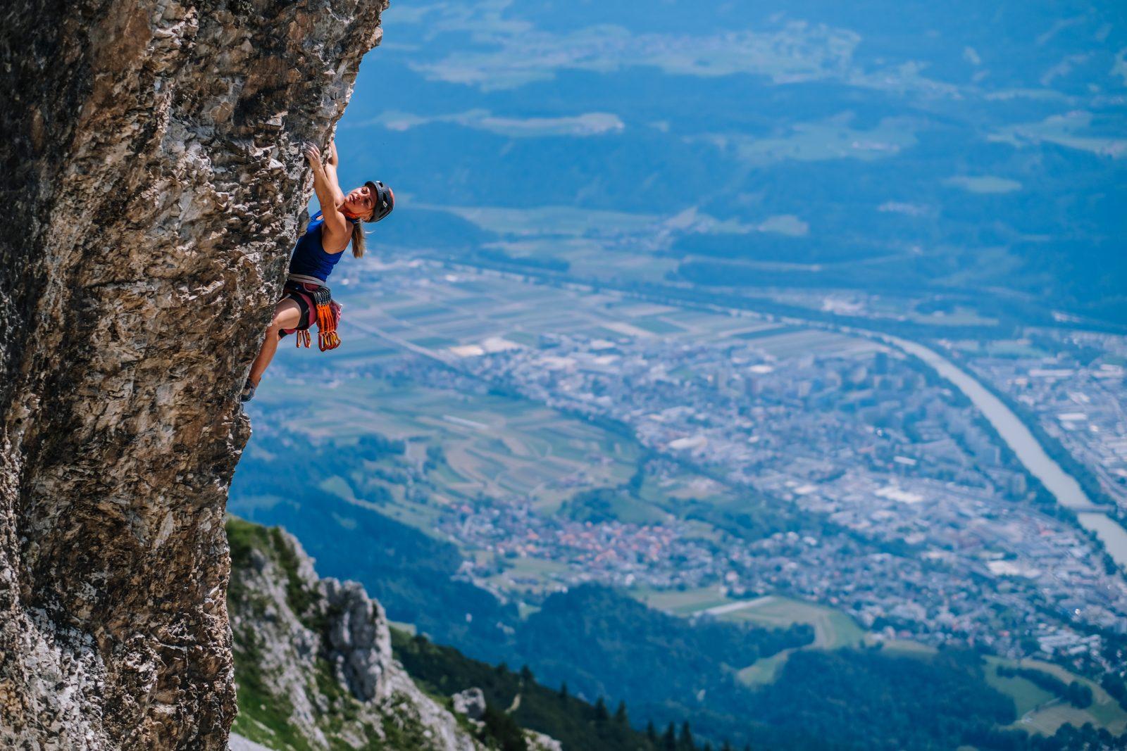 Katha Saurwein in der Kletterarena Seegrube hoch über Innsbruck, Foto: Simon Schöpf