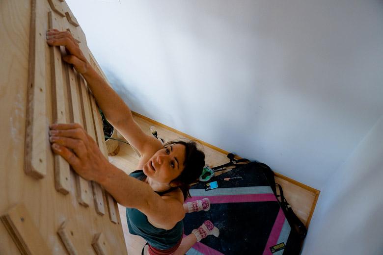 Hängend am Fingerboard, Foto: Martina Scheichl |Climbers Paradise