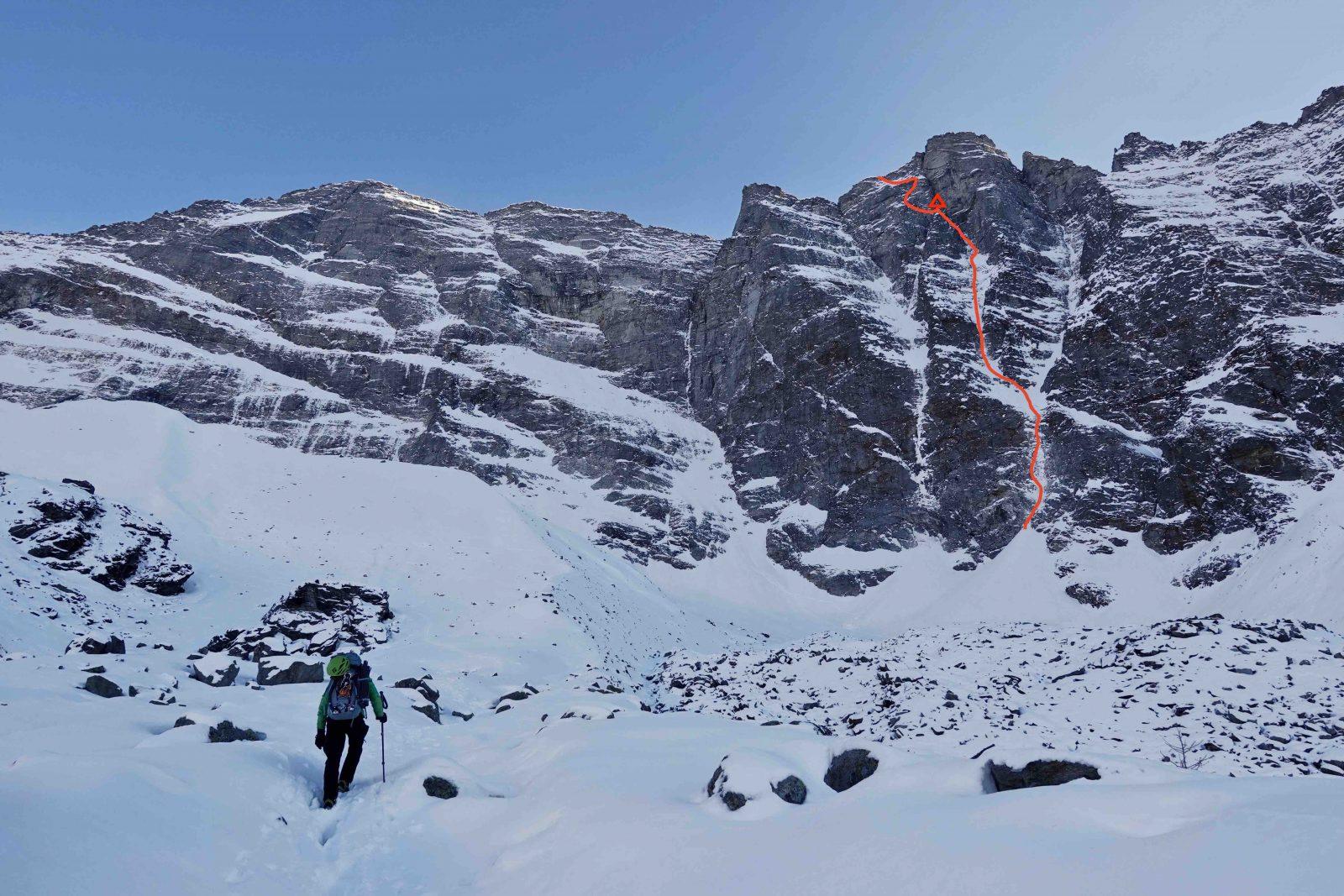 Sagwand-Nordwand Sagwand-Nordwand mit eingezeichneter Route und Biwak, Foto: Ines Papert und Luka Lindič |Climbers Paradise