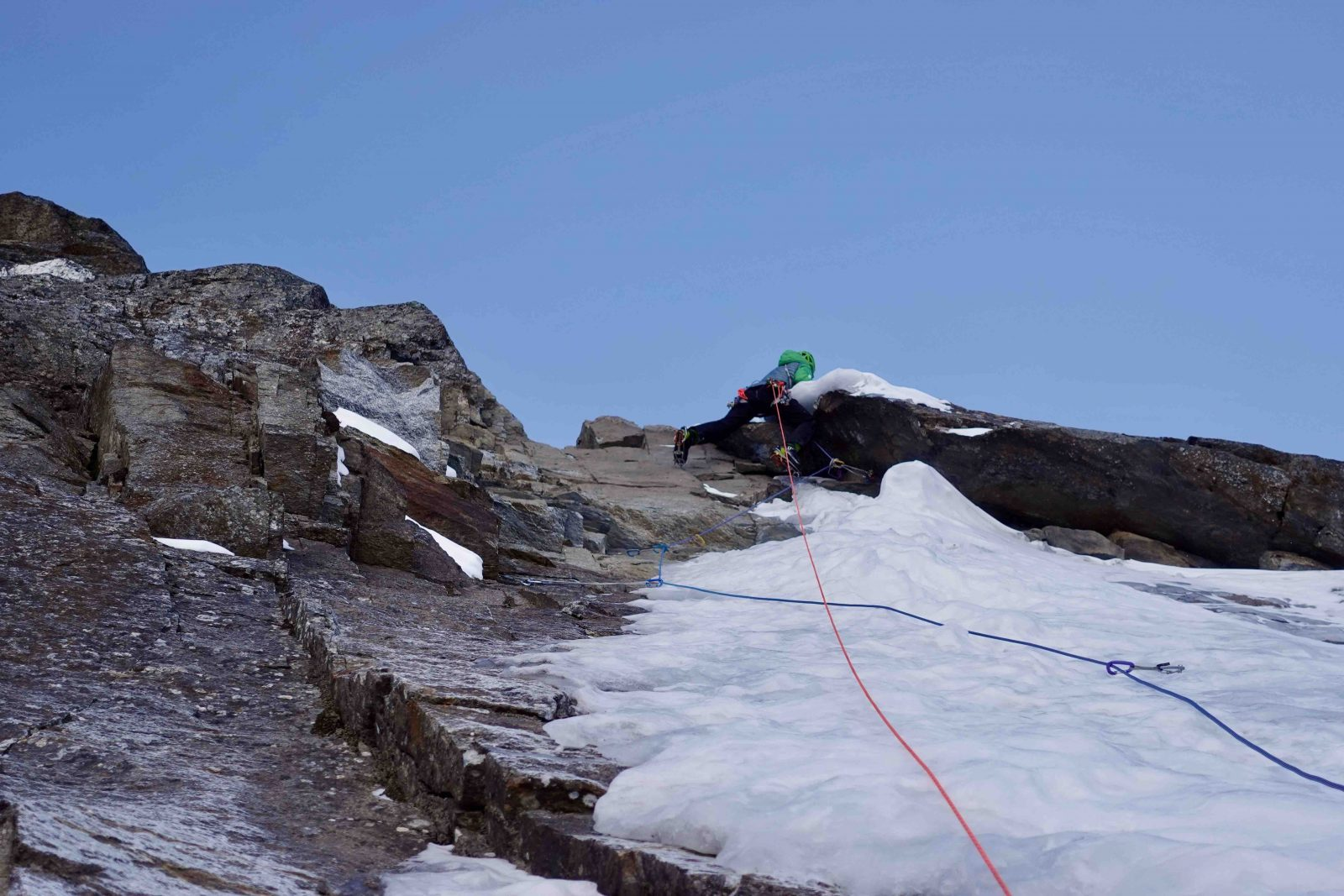 Sagwand-Nordwand, Winterbegehung, genug Risse, um zu sichern, Foto: Ines Papert und Luka Lindič |Climbers Paradise