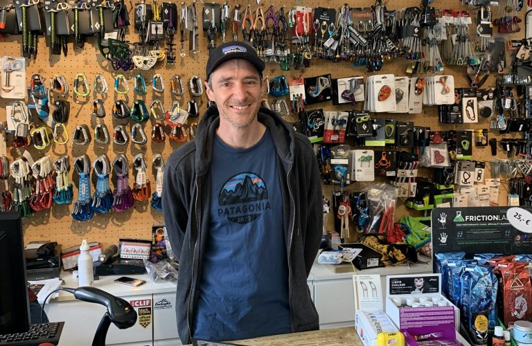 Florian Falkner in seinem Geschäft OnSight, Foto: Florian Falkner I Climbers Paradise