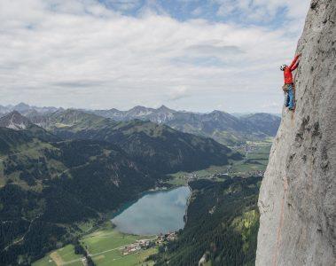 Ben Lepesant in 'Hinkelstein' (6c+) an der Roten Flüh, Foto: Climbers Paradise Tirol / Elias Holzknecht