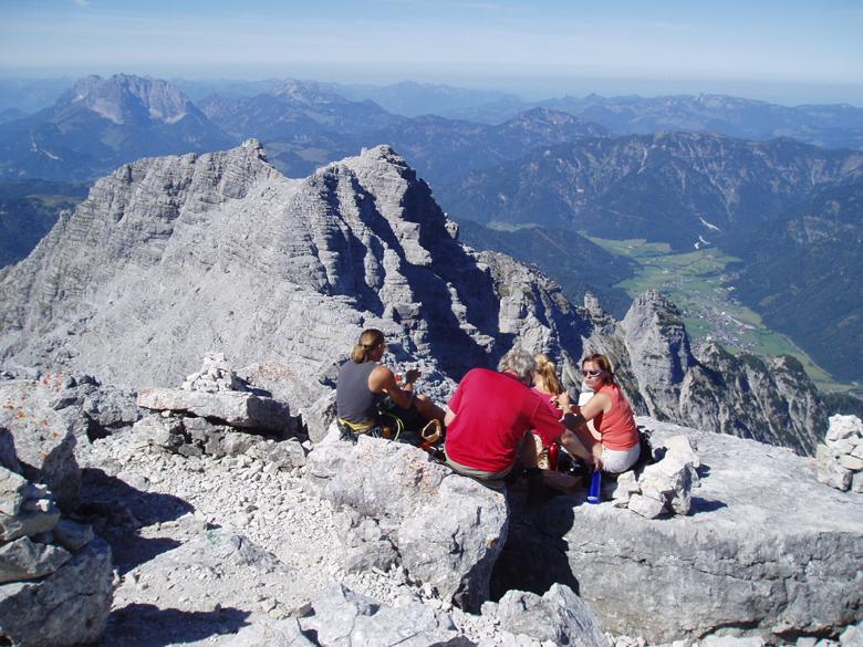 Angekommen am Gipfel: Traumhafter Ausblick auf die Loferer und Leoganger Steinberge, Foto: Climbers Paradise